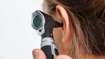 Close em aparelho usado para examinar o interior do ouvido.