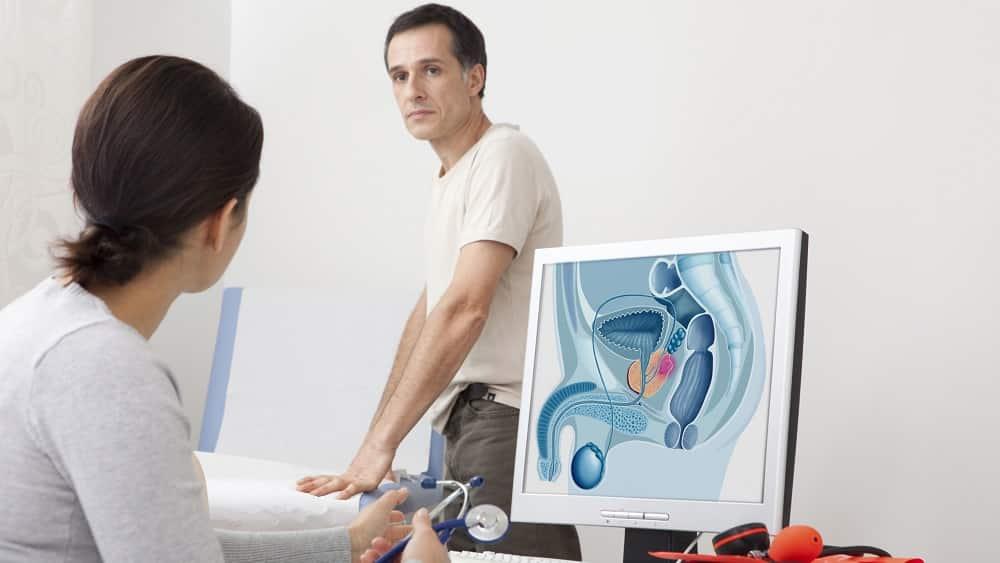 Homem em consulta médica para avaliar a próstata