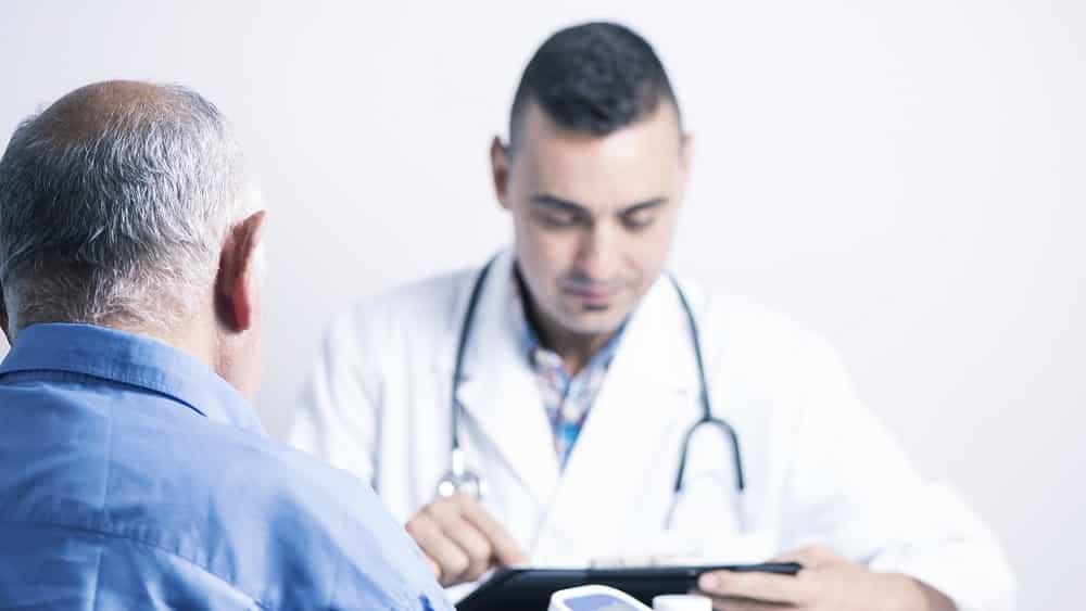 Homem acima de 50 anos em consulta médica
