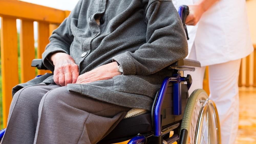 Idosa com distrofia muscular, na cadeira de rodas