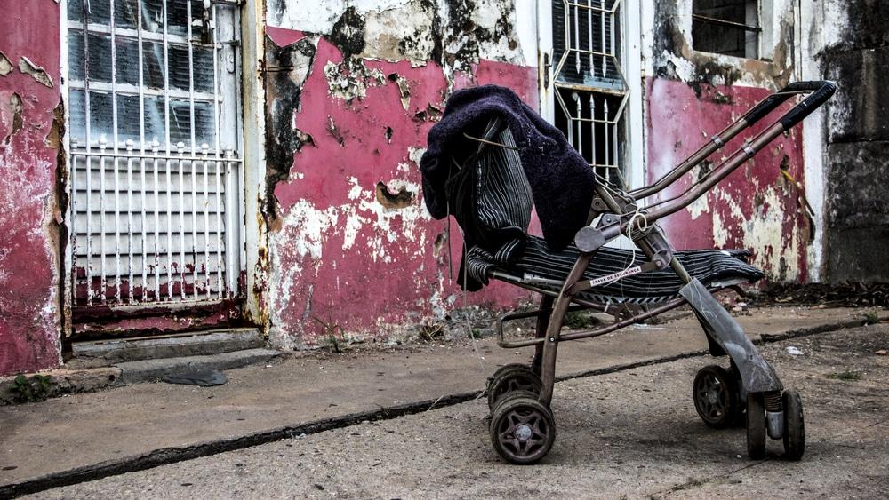 Opiniões sobre o aborto se dividem, mas, enquanto legisladores não atuam, meninas e famílias de baixa renda sofrem no Brasil.