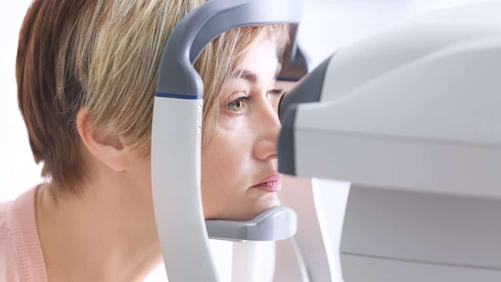 mulher mede pressão intraocular para verificar diagnóstico de glaucoma