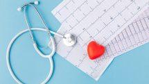 Exames, estetoscópio e coração.