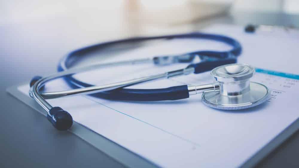 estetoscópio sobre prancheta. leia artigo sobre médicos e planos de saúde