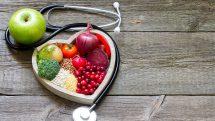 Estetoscópio e alimentos saudáveis.