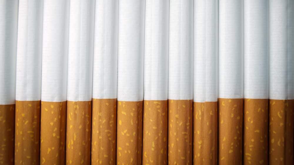 cigarros enfileirados. a indústria do cigarro é responsável por fraudes, corrupção e mentiras