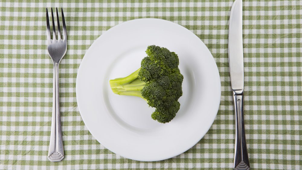 prato contendo apenas um brócoli