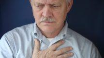 homem com mão no peito em sinal de angina