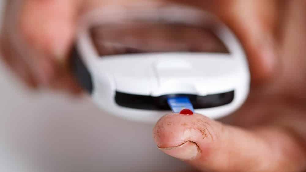 close de aparelho para medir glicemia na ponta do dedo. exame detecta diabetes