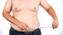homem com sobrepeso mede a cintura. Aumenta número de brasileiros com excesso de peso