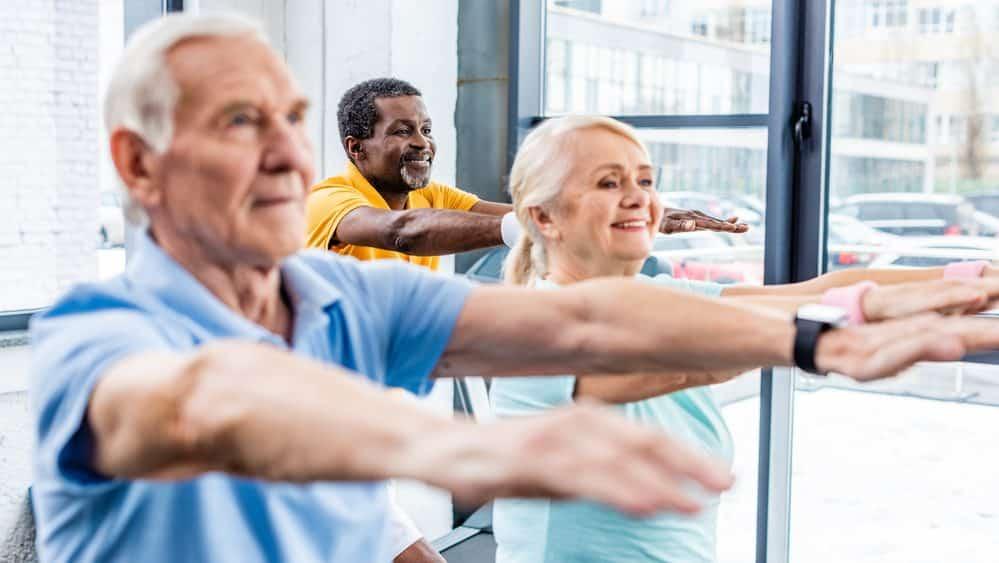 idosos praticando exercícios. Atividade física reduz risco de Alzheimer