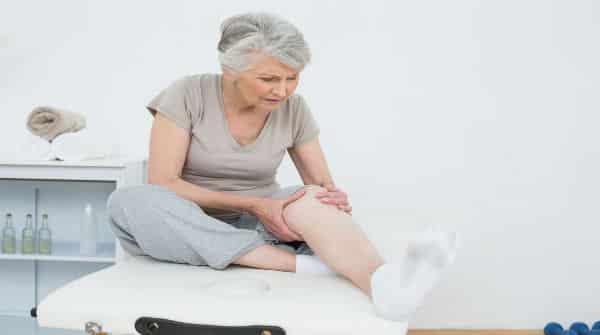 mulher com perna esticada, ferida