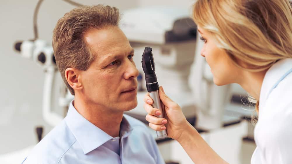 Herpes ocular é uma infecção no olho causada pelo vírus do herpes simples e possui como sintomas olho vermelho e lacrimejante, dor ocular, visão turva, ardência, fotofobia, edema e sensação de corpo estranho nos olhos.