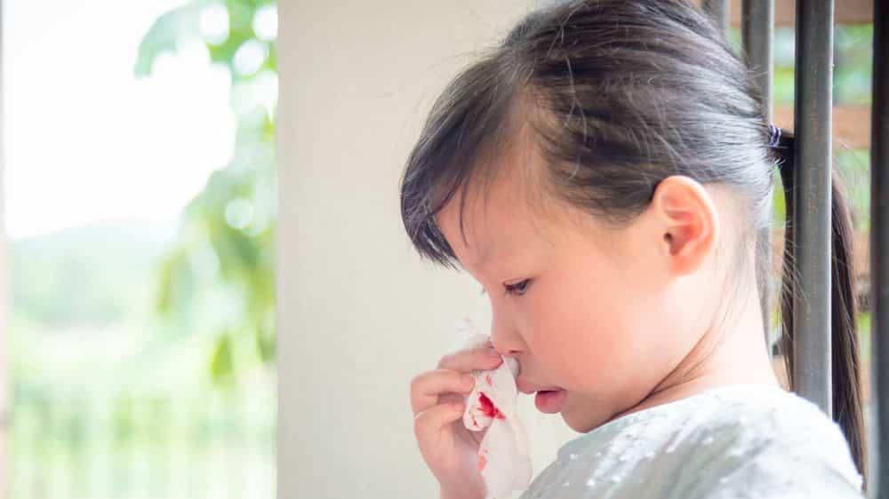menina com sangramento nasal
