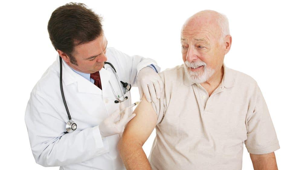idoso recebe vacina. Vacinação de adultos é importante para evitar doenças