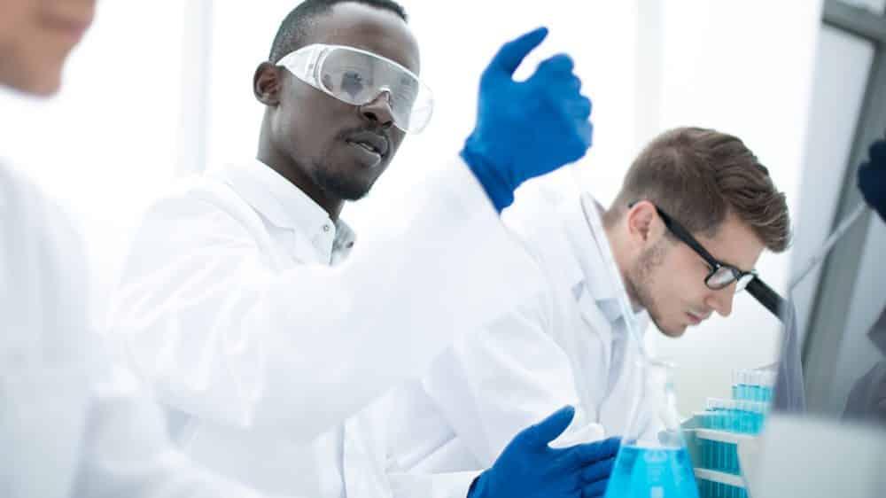 pesquisadores trabalham em laboratório. Evolução da medicina permitiu tratamentos com medicamentos biolõgicos