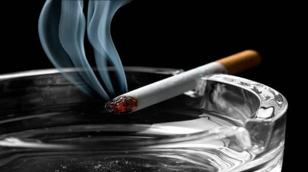 cigarro queimando em cinzeiro. Mundo tem um bilhão de fumantes