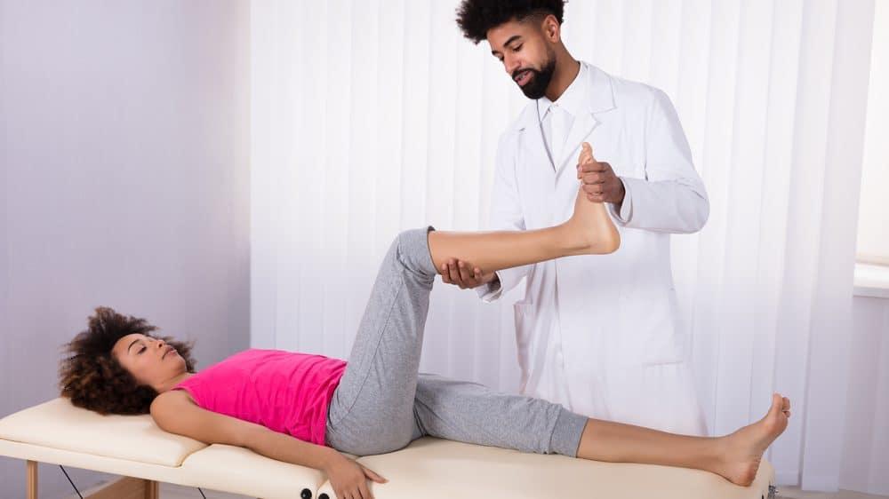mulher deitada fazendo exercício de fisioterapia