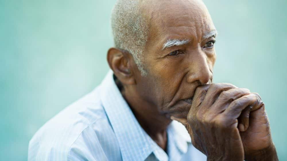 idoso pensativo, evocando memória