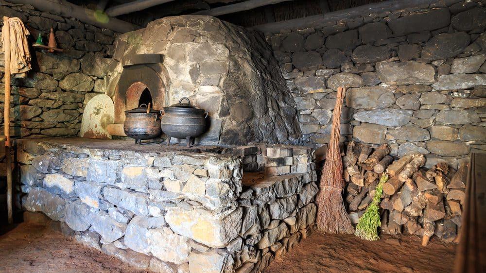 cozinha antiga com fogão a lenha