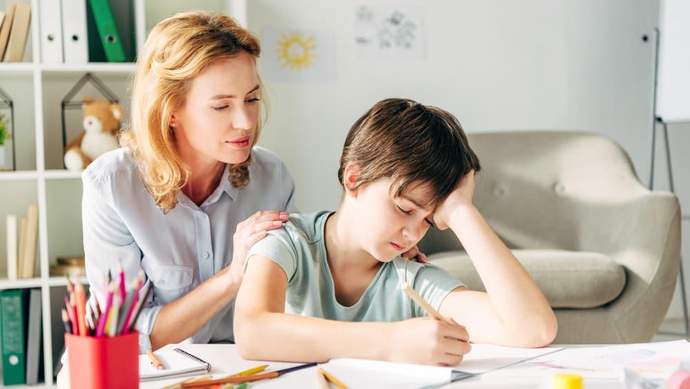Dislexia requer tratamento multidisciplinar. O diagnóstico precoce pode evitar muitos dissabores e o comprometimento da autoestima e da socialização dessas crianças. Veja entrevista sobre dislexia.