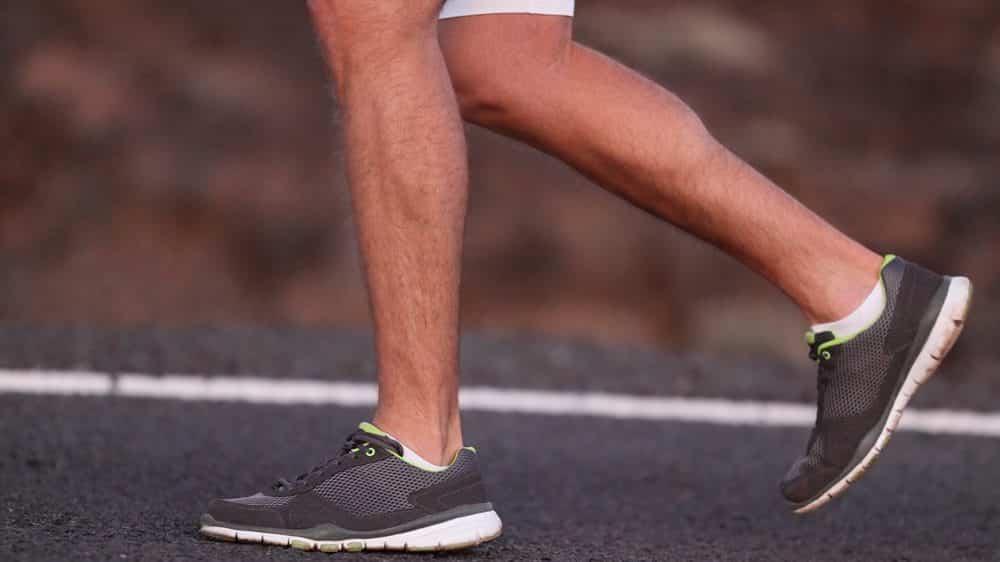 homem andando, com close nos músculos da locomoção