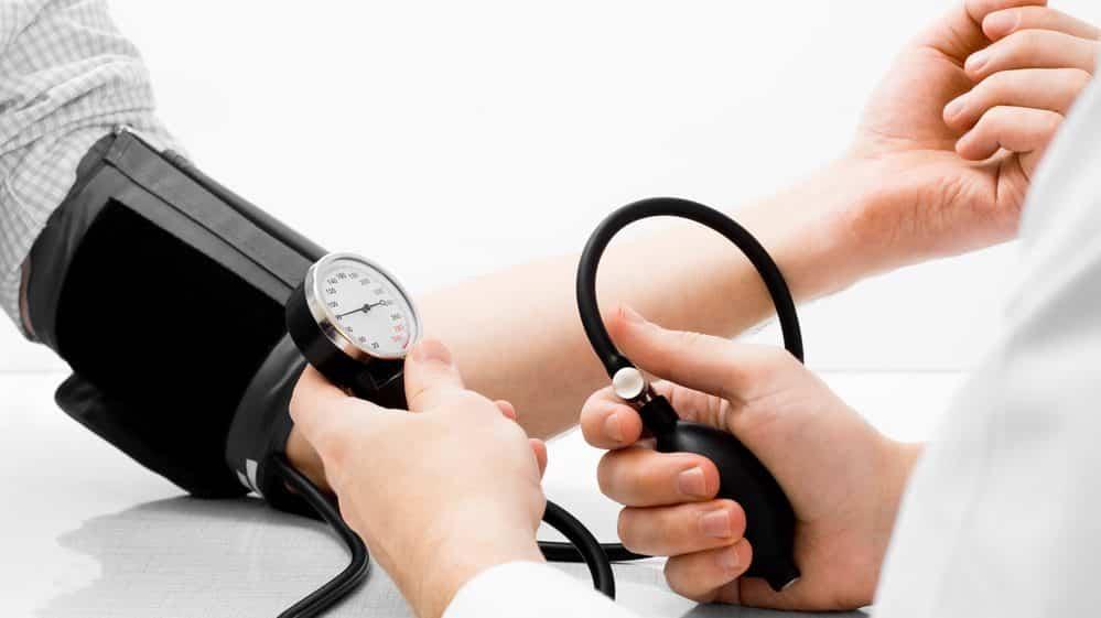 médico medindo a pressão arterial de paciente