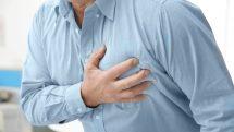 Homem com a mão no peito, com dor.