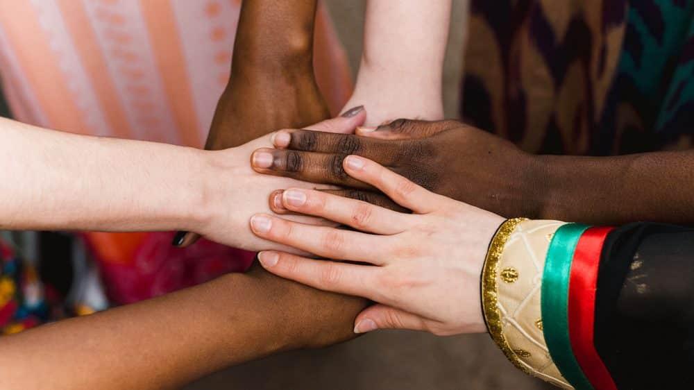 mãos unidas, simbolizando diversidade. intolerância religiosa deve ser combatida