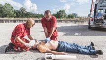 Socorristas fazendo reanimação cardíaca em paciente.