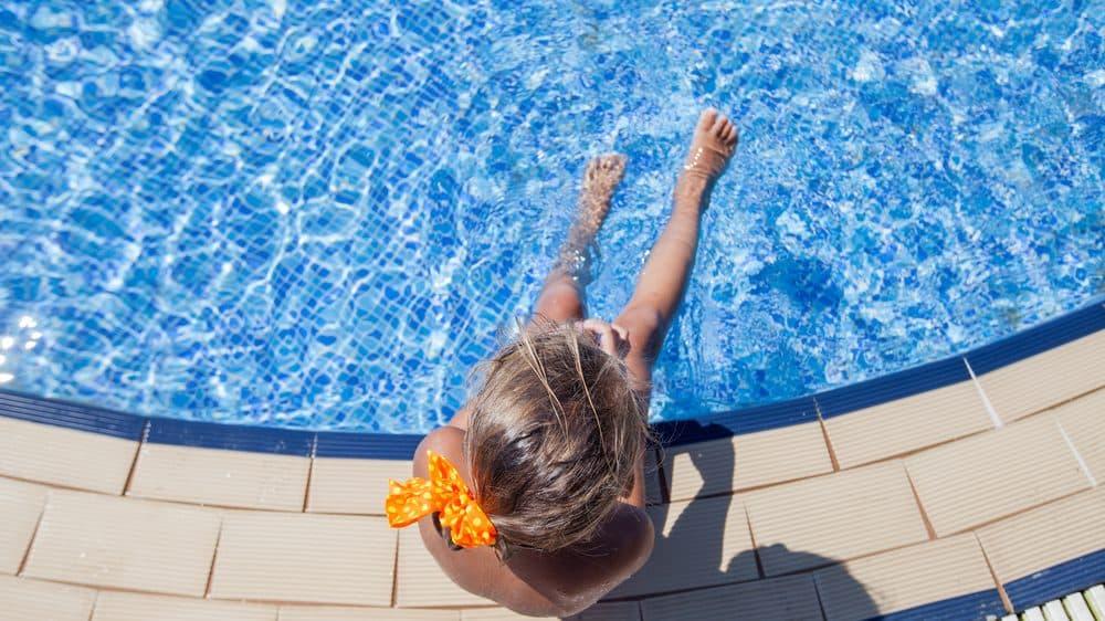 menina na beira da piscina. são milhares de mortes por afogamento todos os anos