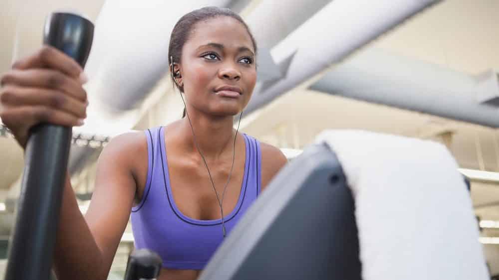 mulher faz exercício aeróbico em aparelho de academia. por que exercícios fazem bem à saúde ainda não foi totalmente explicado