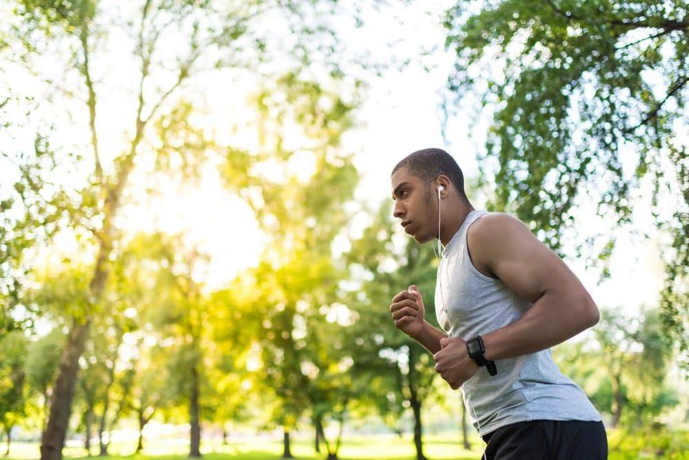 homem correndo. veja 5 dicas para quem vai começar a correr