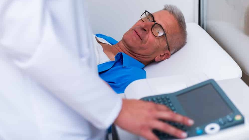 paciente idoso realiza eletrocardiograma para identificar taquicardia e bradicardia