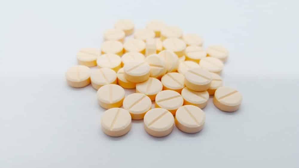 comprimidos sobre a mesa. diuréticos ajudam na eliminação do sódio