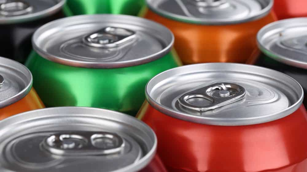latas de refrigerantes vistas de cima. consumo de refrigerantes e obesidade estão relacionados