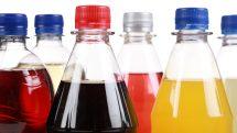 close em garrafas de refrigerantes açucarados