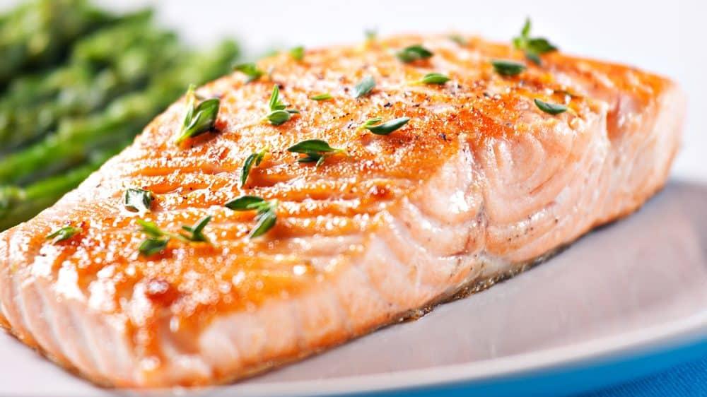 salmão assado. alimento evita deficiência de B12