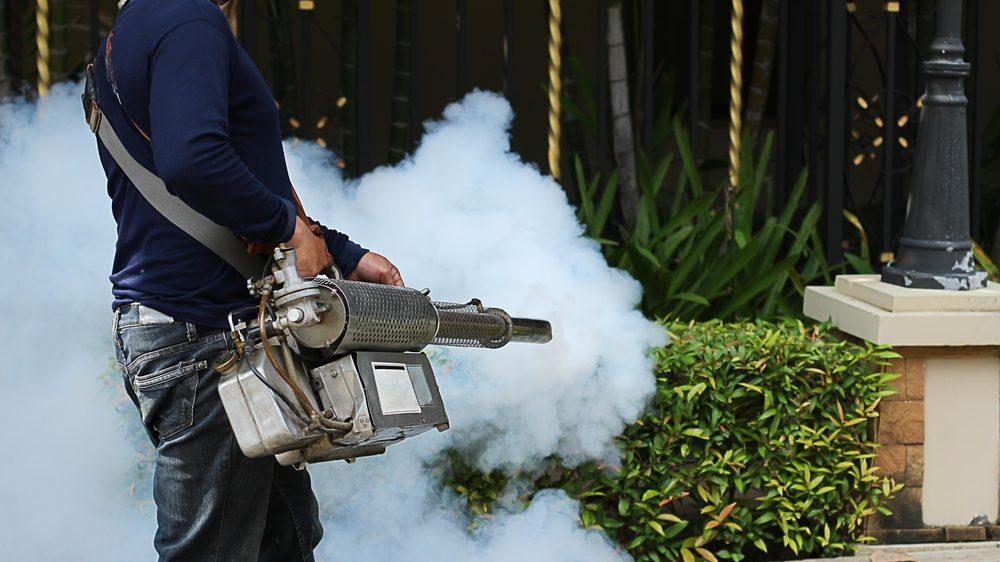 homem dedetiza área em que pode haver o mosquito da dengue. vja o quadro geral da dengue