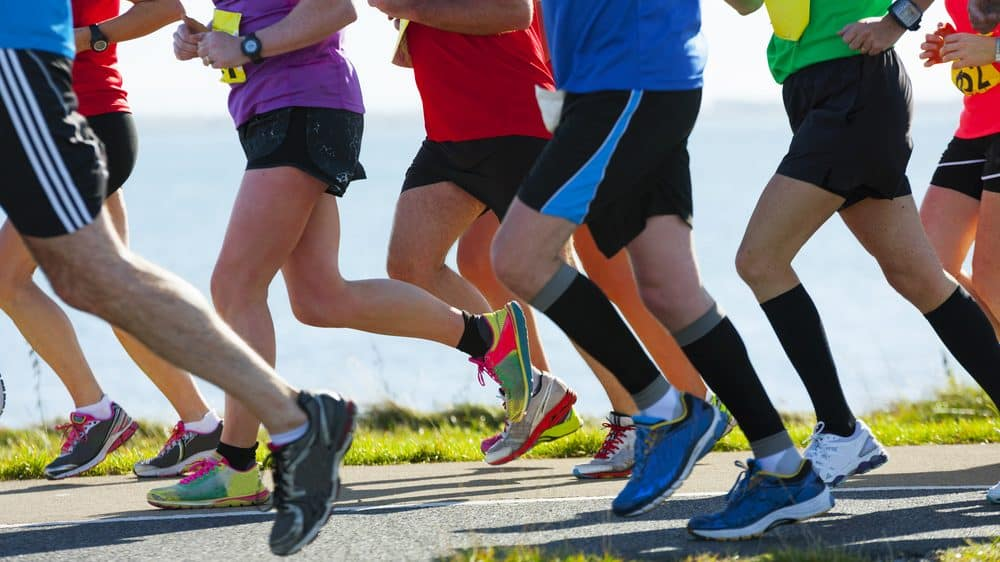 grupo de maratonistas corre a maratona do Rio.