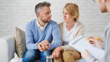 Casal sentado em um sofá com expressão angustiada com um psicoterapeuta em frente. Falta de desejo sexual é queixa comum