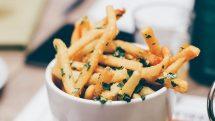 Pote com batatas fritas.
