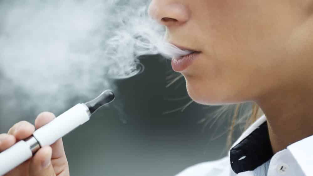 close de mulher fumando cigarro eletrônico