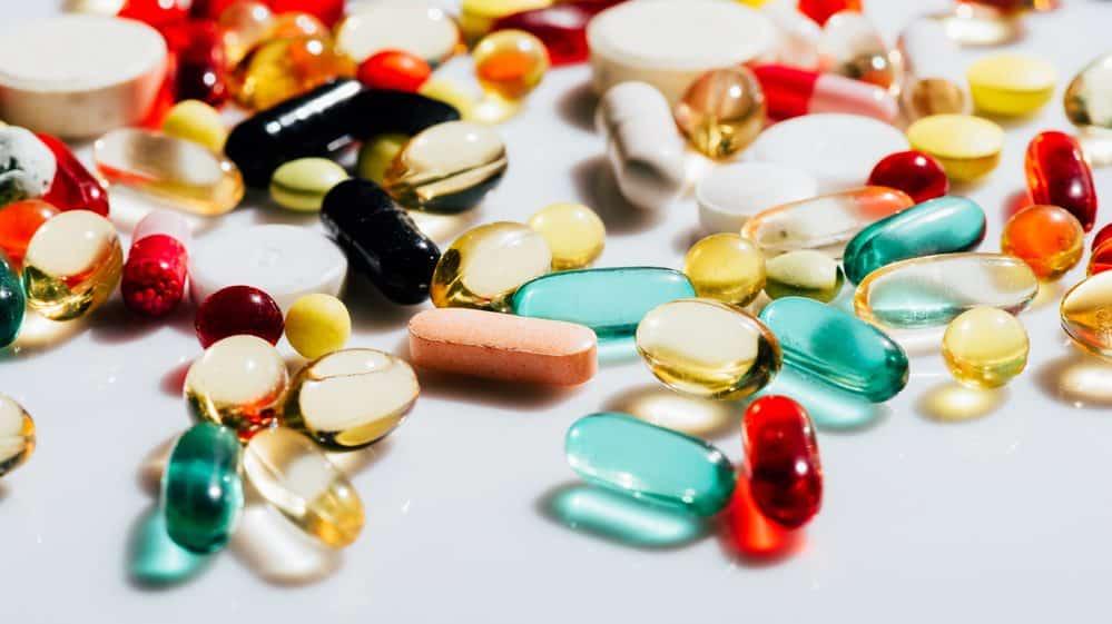 comprimidos de vitaminas dispostos sobre uma mesa