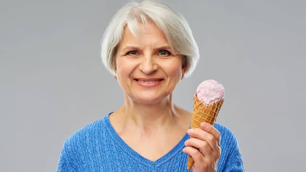 idosa segura sorvete há relação entre açúcar e demência
