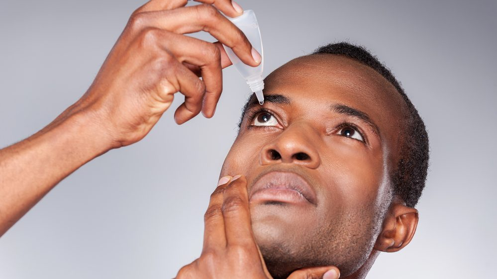 homem pinga colírio. uso de colírios com corticoide pode causar glaucoma