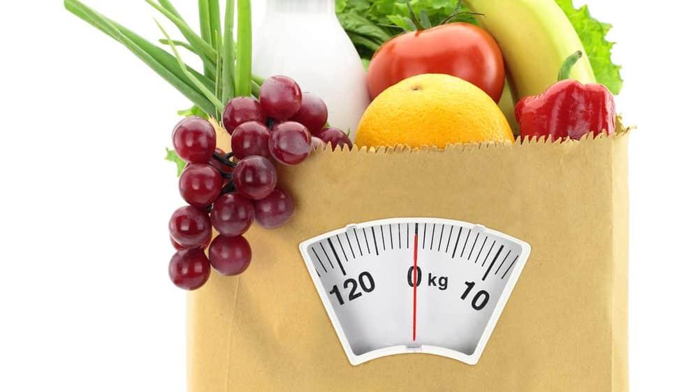 alimentos saudáveis em saco de supermercado com desenho de balança. alimentação saudável é essencial para prevenção do diabetes tipo 2