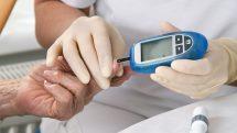 enfermeira checa a glicemia no dedo de idoso. exame detecta diabetes