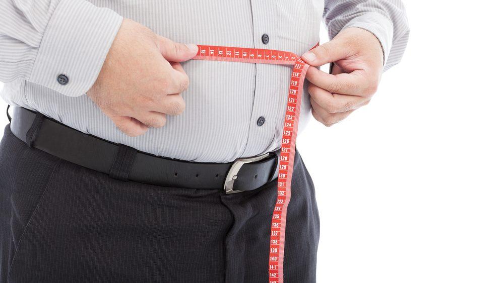 homem com gordura abdominal medindo a circunferência abdominal