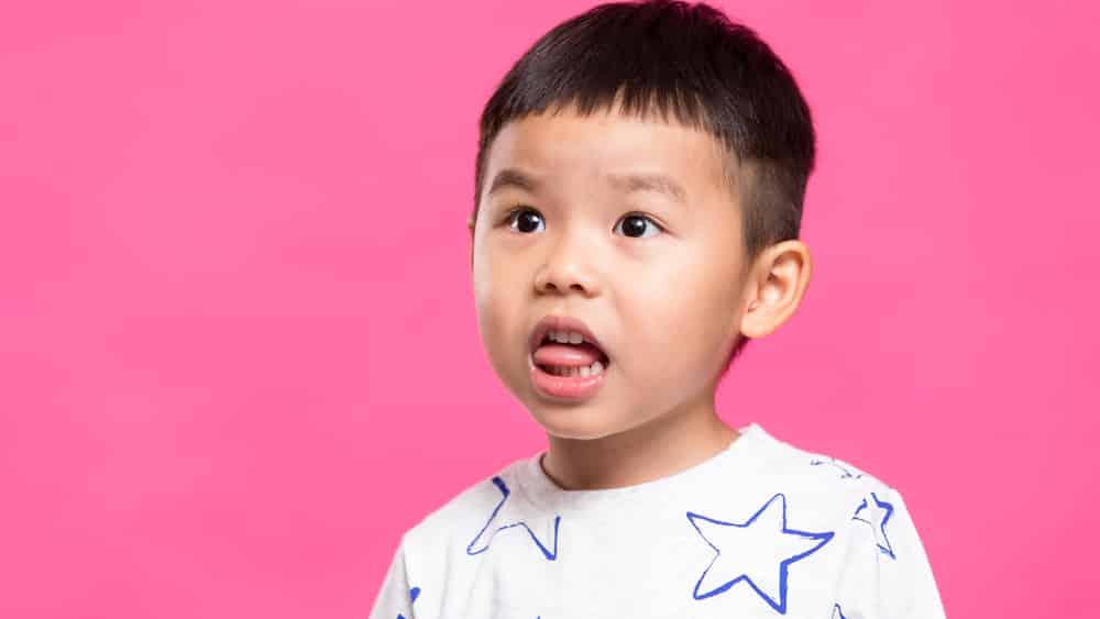 O teste da linguinha busca verificar se o freio que liga a língua à boca apresenta alguma alteração que pode levar a língua presa e problemas de deglutição.